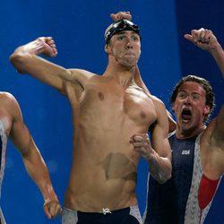 Michael Phelps y Ryan Lochte celebran su victoria en Atenas 2004