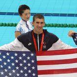 Michael Phelps con la bandera de Estados Unidos