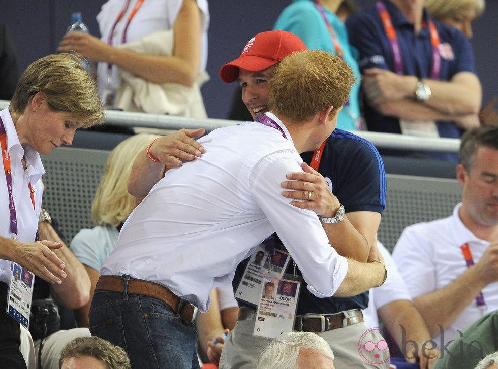 El Príncipe Harry y Peter Phillips se abrazan tras la victoria británica en ciclismo en pista en Londres 2012