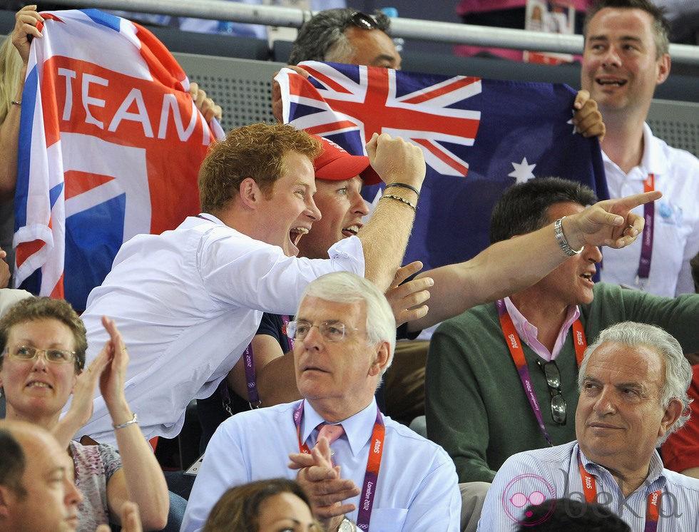 El Príncipe Harry y Peter Phillips se alegran por la victoria británica en ciclismo en pista en Londres 2012