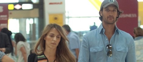 Rafa Medina y Laura Vecino en el aeropuerto de Barajas