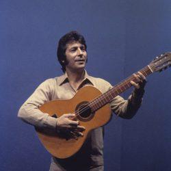 Sancho Gracia tocando la guitarra en la década de los 70