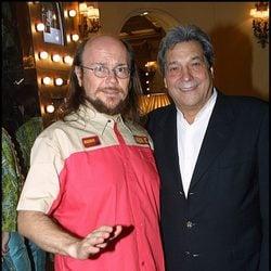 Sancho Gracia posando con Santiago Segura en el año 2003