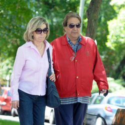 Sancho Gracia y su mujer Noelia paseando por las calles de Madrid