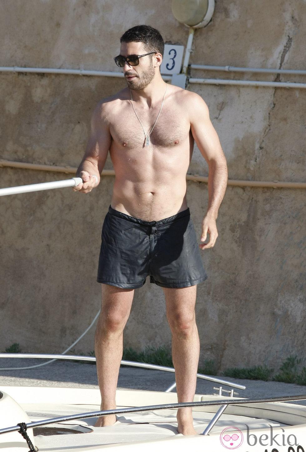 Miguel Ángel Silvestre en bañador