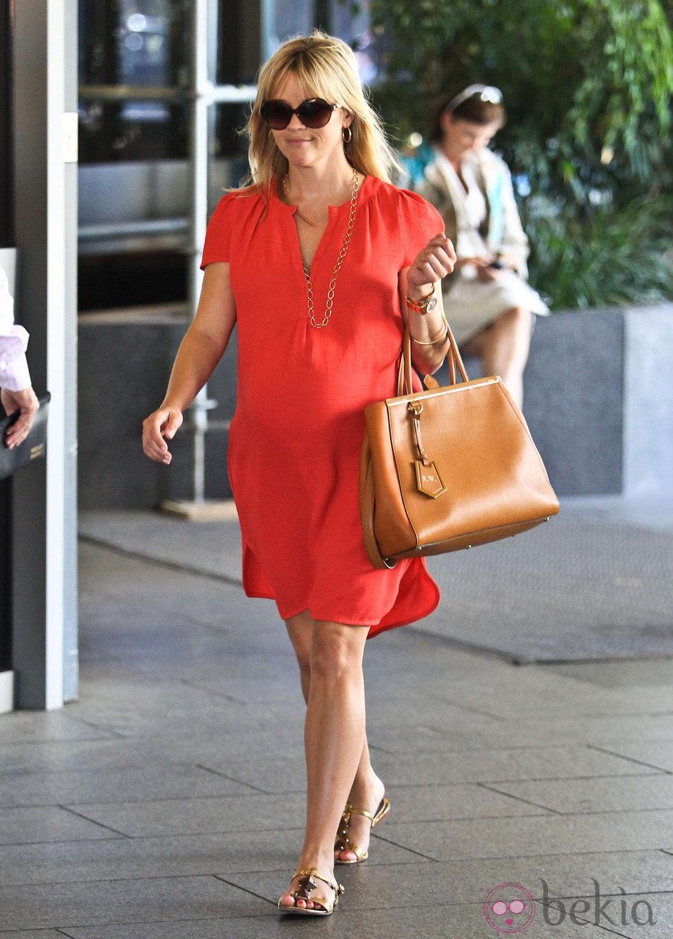 Reese Witherspoon presume de embarazo con un favorecedor vestido rojo