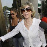 Noelia Aguirre, mujer de Sancho Gracia, a su llegada al tanatorio