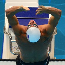 Ryan Lochte lanzándose a la piscina