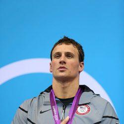 Ryan Lochte con una medalla de oro obtenida en Londres 2012