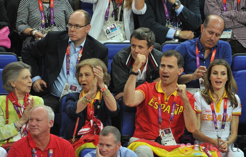 Irene de Grecia, la Reina Sofía y los Príncipes de Asturias en la final de baloncesto en Londres 2012