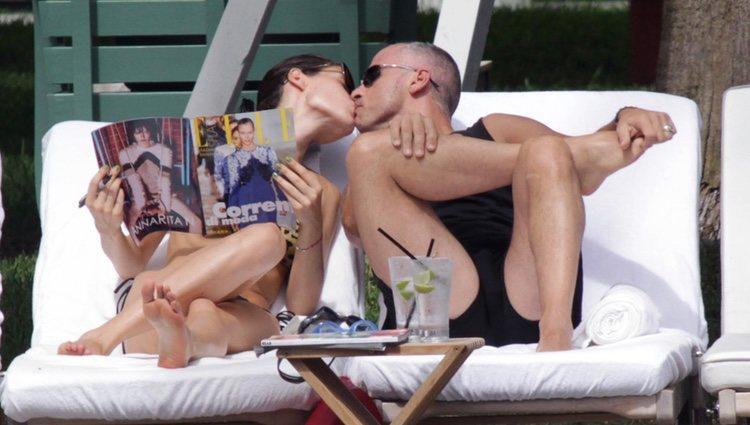 Eros Ramazzotti y su novia Marica Pellegrini en la piscina Miami