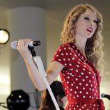 Taylor Swift actuando en el aeropuerto de Nueva York en Octubre de 2010