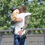 Patricia Conde y Carlos Seguí besándose durante una escapada a París