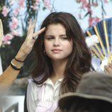 Primer plano de Selena Gomez durante el rodaje de la película 'Feed the Dog'