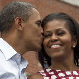 Barack Obama besa cariñosamente a su mujer Michelle durante su campaña electoral