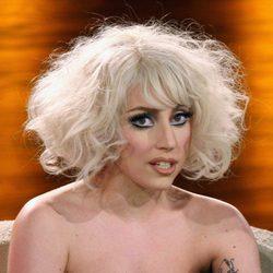 Lady Gaga luce su tatuaje en el brazo izquierdo