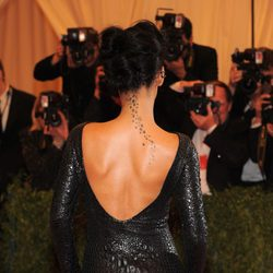 Rihanna con un tatuaje de estrellas por la espalda