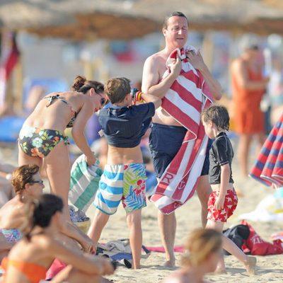David Cameron disfruta de las playas de Mallorca con su mujer y sus tres hijos