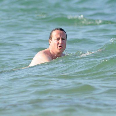 David Cameron dándose un chapuzón en las playas de Mallorca