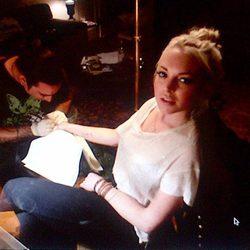 Lindsay Lohan mientras se tatúa la mano derecha