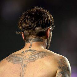David Beckham muestra los tatuajes de su espalda