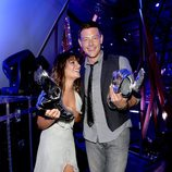 Lea Michele y Cory Monteith posan con su premio Do Something 2012