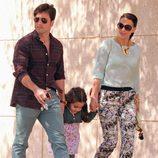 David Bustamante y Paula Echevarría paseando con su hija Daniella