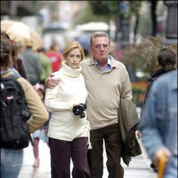 Carlos Larrañaga paseando con Ana Escribano, que presume de embarazo