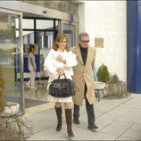 Carlos Larrañaga y Ana Escribano salen del hospital junto a su hija