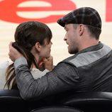 Justin Timberlake y Jessica Biel, muy cariñosos durante un partido de baloncesto