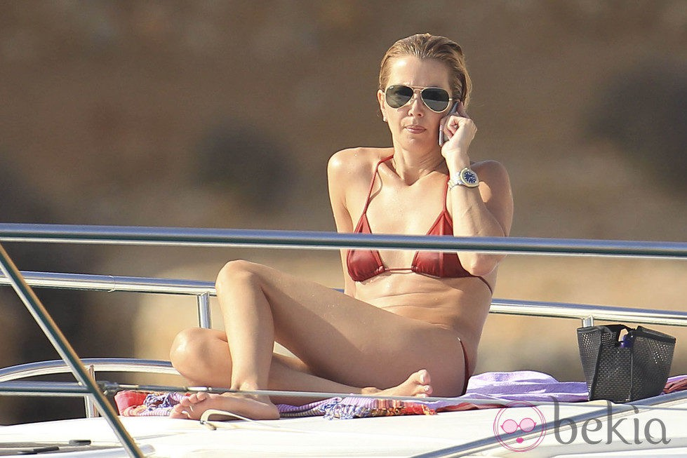 Sofía Mazagatos hablando por el móvil en Ibiza