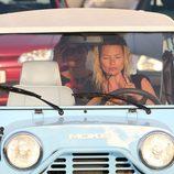 Kate Moss conduce su propio coche durante sus vacaciones en Saint Tropez