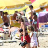 Kate Moss disfruta de las playas de Saint Tropez con su hija Lila Grace