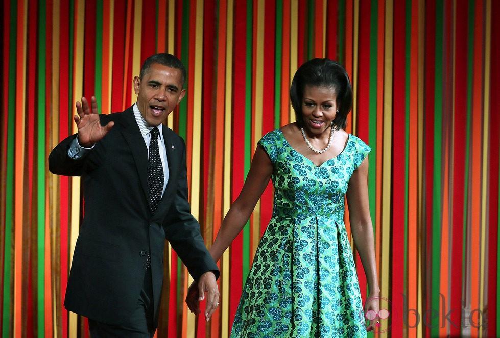 Barack y Michelle Obama cogidos de la mano en una cena a los niños en la Casa Blanca