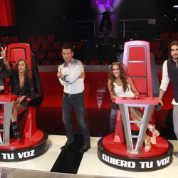 Presentador y 'coaches' de 'La Voz' posan en las emblemáticas sillas del nuevo programa de Telecinco