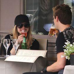 Avril Lavigne y Chad Kroeger disfrutan de una agradable comida en París