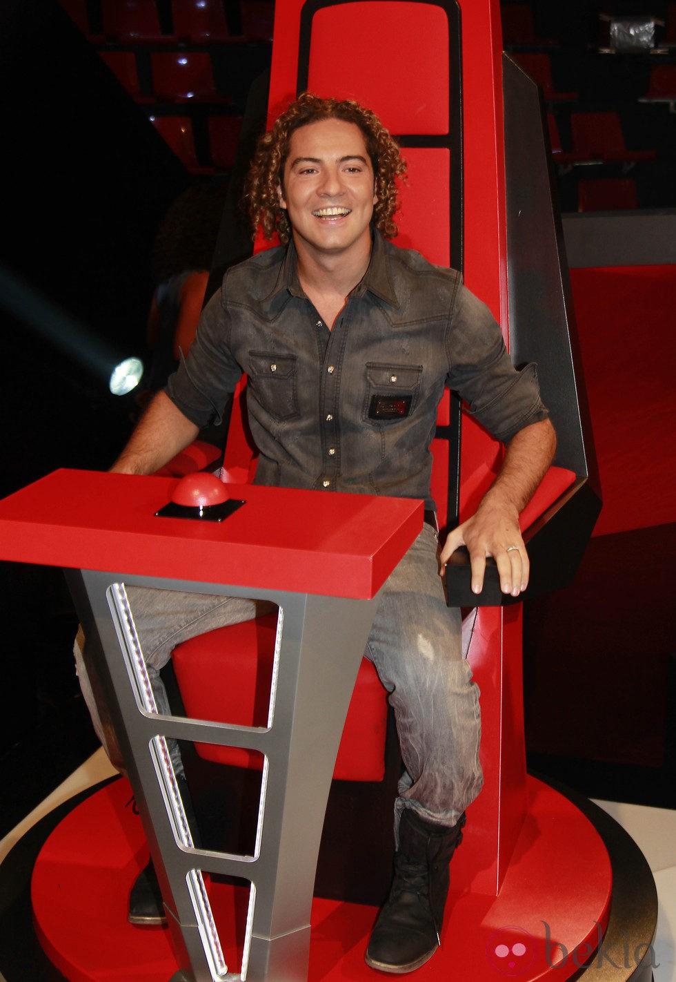 David Bisbal en su silla de 'coach' durante la presentación de 'La Voz', el nuevo programa de Telecinco