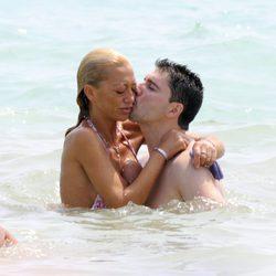 Fran Álvarez besando a Belén Esteban durante unas vacaciones en Peñíscola