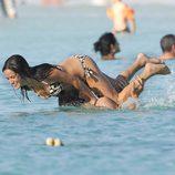Javier Cárdenas y Paula Prendes se divierten en aguas de Ibiza