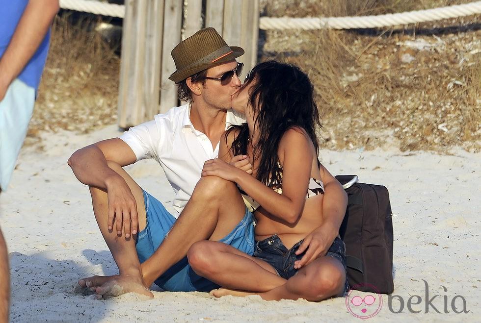 Javier Cárdenas y Paula Prendes besándose en Ibiza