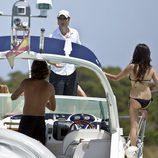Javier Cárdenas y Paula Prendes a bordo de un barco en Ibiza