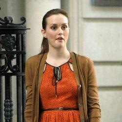 Leighton Meester con vestido naranja rodando la sexta temporada de 'Gossip Girl'