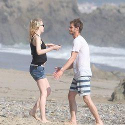 Emma Stone y Andrew Garfield se acercan para abrazarse en Malibu