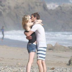 Emma Stone y Andrew Garfield se dan un beso apasionado en Malibu