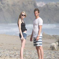 Emma Stone y Andrew Garfield descubren a los fotógrafos en Malibu