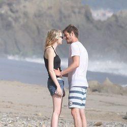Andrew Garfield y Emma Stone a punto de besarse en Malibu