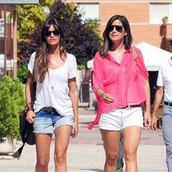 Sara Carbonero pasea su nuevo look junto a Isabel Jiménez