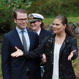 Victoria de Suecia gesticula ante el Príncipe Daniel en la inauguración del 'sendero del amor'