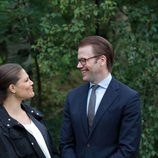 Victoria y Daniel de Suecia mirándose embelesados en la inauguración del 'sendero del amor'