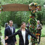 Una exultante Victoria de Suecia junto al Príncipe Daniel en la inauguración del 'sendero del amor'